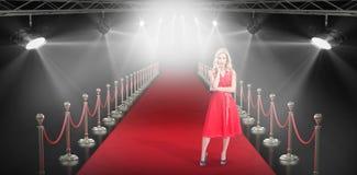 Złożony wizerunek jest ubranym czerwieni suknię rozważna blondynka Obrazy Stock