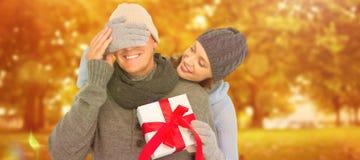 Złożony wizerunek kobieta zaskakujący mąż z prezentem zdjęcie stock
