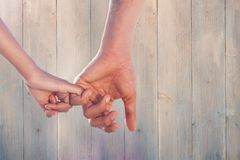 Złożony wizerunek kochające potomstwo pary mienia ręki Obraz Royalty Free