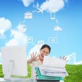Złożony wizerunek krzyczy z stertą falcówki przy biurkiem bizneswoman Fotografia Royalty Free