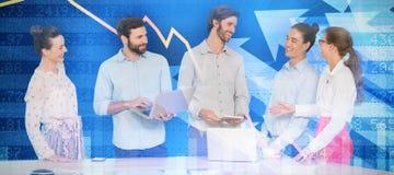 Złożony wizerunek ludzie biznesu dyskutuje podczas gdy stojący przy stołem obrazy royalty free