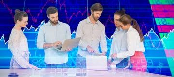 Złożony wizerunek ludzie biznesu oddziała wzajemnie podczas gdy stojący przy stołem obraz stock