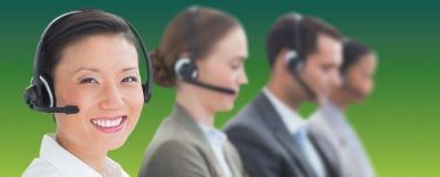 Złożony wizerunek ludzie biznesu z słuchawkami używać komputer zdjęcie royalty free