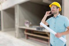 Złożony wizerunek męski architekt opowiada na telefonie komórkowym z projektem Fotografia Stock