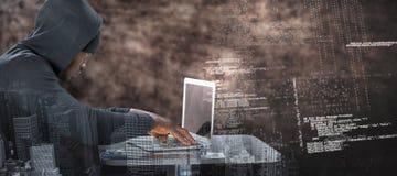 Złożony wizerunek męski hacker używa laptop na stole Zdjęcie Stock
