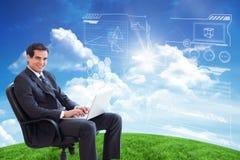 Złożony wizerunek młody biznesmena obsiadanie na karle pracuje z laptopem Obraz Stock