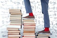 Złożony wizerunek niska sekcja chłopiec pięcia sterta książki zdjęcie royalty free