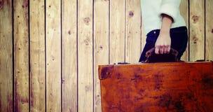 Złożony wizerunek niska sekcja kobiety przewożenia rocznika walizka obrazy royalty free