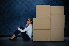 Złożony wizerunek opiera na kartonach przeciw białemu tłu bizneswoman zdjęcia stock