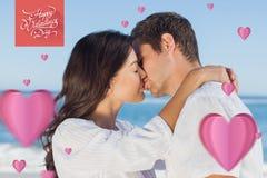Złożony wizerunek pary całowanie i obejmowanie each inny na plaży Fotografia Royalty Free