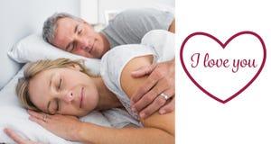 Złożony wizerunek pary spooning w łóżku i dosypianie Zdjęcia Royalty Free