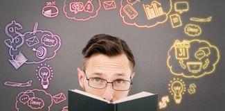 Złożony wizerunek patrzeje nad czarną książką młoda fajtłapa zdjęcie royalty free