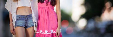Złożony wizerunek piękne kobiety z kwiat korony ręką w ręce Zdjęcie Royalty Free
