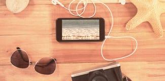Złożony wizerunek plażowi akcesoria na drewnianej desce zdjęcia royalty free