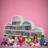 Złożony wizerunek podstawowych uczni czytelnicze książki zdjęcie royalty free