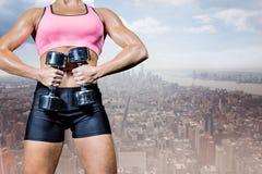 Złożony wizerunek portret ćwiczy z dumbbells zdrowa kobieta Obrazy Royalty Free
