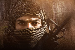 Złożony wizerunek portret żołnierz z zakrywającym twarzy mienia karabinem zdjęcie stock