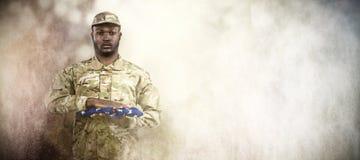 Złożony wizerunek portret żołnierza mienia flaga amerykańska zdjęcie royalty free