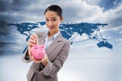 Złożony wizerunek portret bizneswoman stawia banknot w prosiątko banku Fotografia Stock