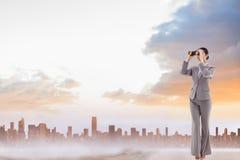 Złożony wizerunek portret brunetka bizneswoman patrzeje przez lornetek Zdjęcie Royalty Free