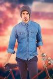 Złożony wizerunek portret jest ubranym trykotową kapeluszową pozycję z bicyklem modniś Obraz Stock