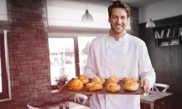 Złożony wizerunek portret męska szefa kuchni mienia taca z chlebem Zdjęcie Stock