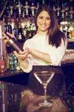 Złożony wizerunek portret miesza koktajlu napój w koktajlu potrząsaczu barman Zdjęcia Stock