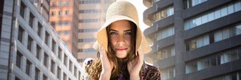 Złożony wizerunek portret piękna dziewczyna z słomianym kapeluszem fotografia royalty free