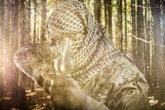 Złożony wizerunek portret twarz zakrywał żołnierza celowanie z karabinem zdjęcia stock