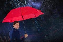 Złożony wizerunek portret uśmiechnięty bizneswomanu mienia czerwieni parasol Fotografia Stock
