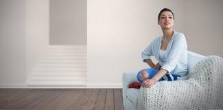 Złożony wizerunek pozuje młoda kobieta podczas gdy siedzący na kanapie Zdjęcie Stock