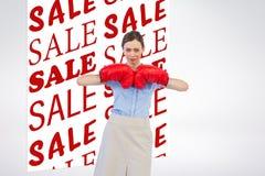 Złożony wizerunek pozuje z czerwonymi bokserskimi rękawiczkami twardy bizneswoman zdjęcie royalty free