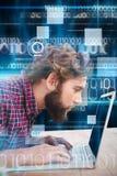 Złożony wizerunek pracuje na laptopie skoncentrowany mężczyzna fotografia stock