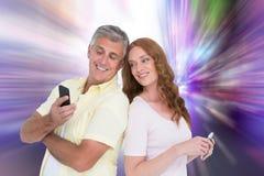 Złożony wizerunek przypadkowe pary na ich telefonach Obraz Royalty Free