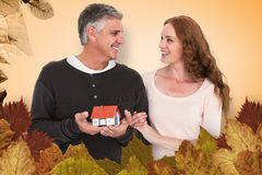 Złożony wizerunek przypadkowy pary mienia mały dom zdjęcia stock