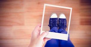 Złożony wizerunek ręki mienia polaroidu obrazek fotografia royalty free