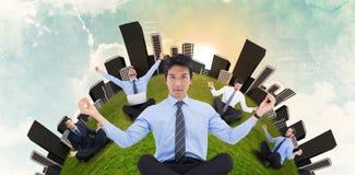 Złożony wizerunek robi joga azjatykci biznesmen Zdjęcie Stock