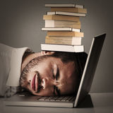 Złożony wizerunek rozochoconego biznesmena odpoczynkowa głowa na jego laptopie Zdjęcie Royalty Free