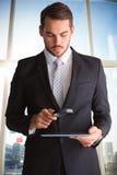 Złożony wizerunek skoncentrowany biznesmen używa powiększać - szkło zdjęcie royalty free