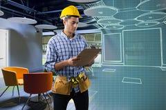 Złożony wizerunek skoncentrowany pracownik budowlany obraz royalty free