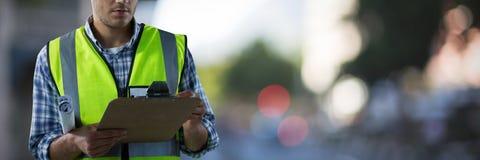 Złożony wizerunek skoncentrowany pracownik budowlany obrazy stock