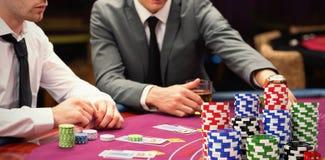 Złożony wizerunek sterta kolorowi kasynowi żetony z czerwonymi kostka do gry zdjęcia stock