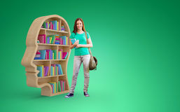 Złożony wizerunek studencki ono uśmiecha się przy kamerą w bibliotece ilustracji