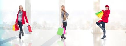 Złożony wizerunek szczęśliwa blondynka w zimy mienia odzieżowych torba na zakupy Zdjęcia Royalty Free