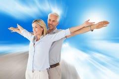 Złożony wizerunek szczęśliwa pary pozycja z rękami szeroko rozpościerać Fotografia Royalty Free
