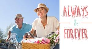 Złożony wizerunek szczęśliwa starsza para iść dla rower przejażdżki w mieście Zdjęcia Stock