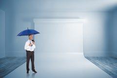 Złożony wizerunek szczęśliwy biznesmena mienia parasol Zdjęcia Stock