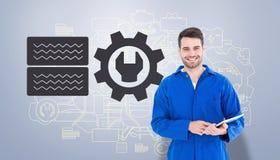Złożony wizerunek szczęśliwy młody męski mechanik używa cyfrową pastylkę Obrazy Royalty Free