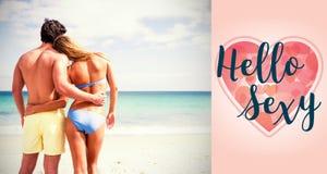 Złożony wizerunek szczęśliwy pary obejmowanie, patrzeć morze i Fotografia Stock