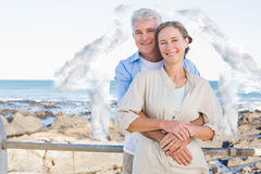 Złożony wizerunek szczęśliwy przypadkowy pary przytulenie wybrzeżem Zdjęcia Stock